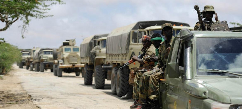 Tropas do exército somaliano e da Missão da União Africana na Somália em comboio a caminho tde Barawe, bastião do grupo Al-Shabaab. Foto: Amisom/Tobin Jones