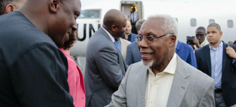 O embaixador angolano, Ismael Martins, na sua chegada a Bujumbura, Burundi. Foto: Unic Bujumbura