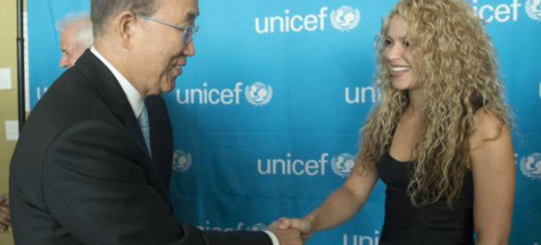 Secretário-geral da ONU, Ban Ki-moon, e a embaixadora da Boa Vontade do Unicef, Shakira, na sede da ONU, em Nova York, em setembro de 2015.