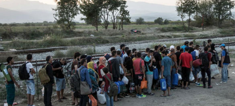 Migrantes na fronteira da Grécia com a ex-República Iugoslava da Macedônia.Foto: OIM