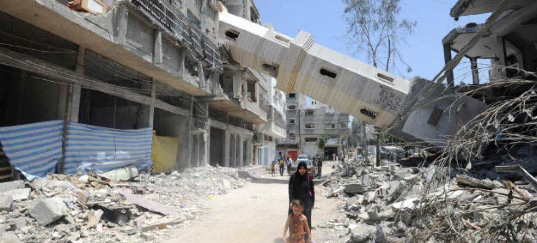 Prédios destruídos devido aos bombardeamentos na Faixa de Gaza. Foto: Unwra