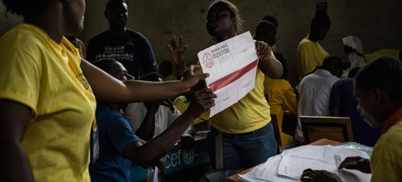 Cédulas sendo contadas no Haiti, após eleição de 9 de agosto de 2015. Foto: ONU/ Minustah/Logan Abassi