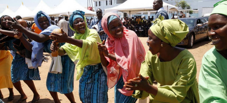 Mulheres dançam no lancamento da campanha global contra a pobreza em África. Foto: Banco Mundial/Dominic Chavez