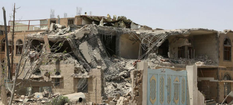 Edifícios destruídos por bombardeamentos aéreos em Sanaa, capital do Iêmen. Foto: Ocha/Charlotte Cans
