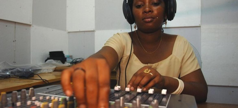 O programa Alfabetização Nigeriana pelo Rádio está disponível em emissoras de 36 estados mais a capital federal. Foto: Fida/Mwanzo Millinga