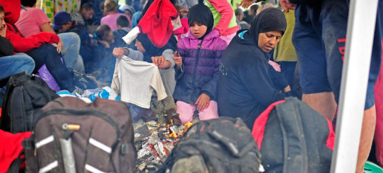 Em fevereiro, 60% das pessoas que chegaram de barco em várias regiões do continente europeu eram mulheres e crianças.Foto: Unicef/Tomislav Georgiev