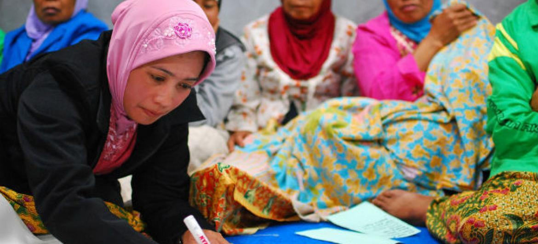 Mulheres na Indonésia debatem reconstrução de vilarejo destruído pelo tsunami de 2006. Foto: Banco Mundial/Nugroho Nurdikiawan Sunjoyo