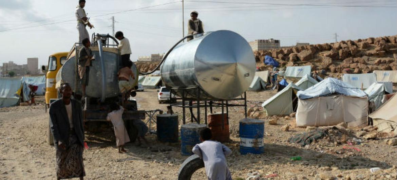 Água chega em acampamento para deslocados no Iêmen. Foto: Ocha/Philippe Kropf