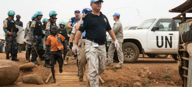Polícia da ONU vigia local de proteção aos civis no Sudão do Sul. Foto: UNMISS