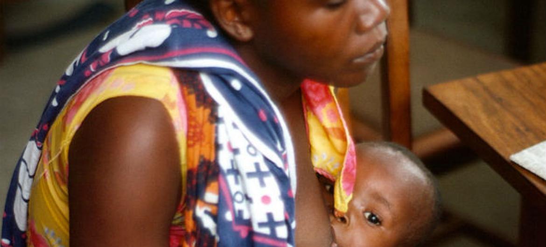 A OMS recomenda que se o vírus for descoberto no leite materno, sobreviventes que estejam amamentando devem suspender o aleitamento. Foto: ONU/B. Wolff (arquivo)