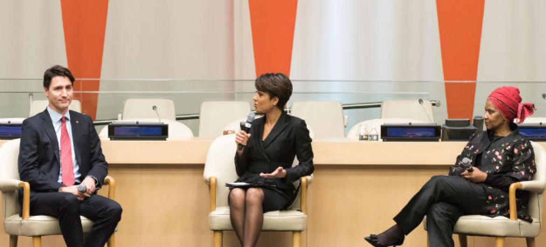 O primeiro-ministro do Canadá, Justin Trudeau, participou de um encontro sobre igualdade de gênero com a diretora-executiva da ONU mulheres, Phumzile Mlambo-Ngcuka (à direita), moderado por Sade Baderinwa. Foto: ONU/Mark Garten