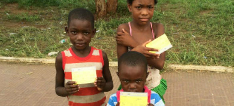 Crianças angolanas vacinadas contra a febre-amarela. Foto: OMS/K. Nishino