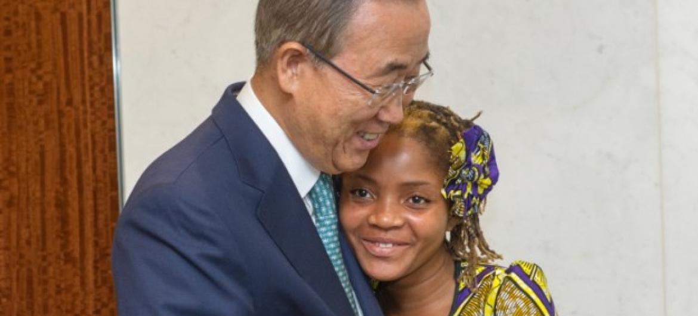 Após pergunta de Raquelina, Ban apelou às mulheres a sonhar grande. Foto: ONU/Mark Garten.