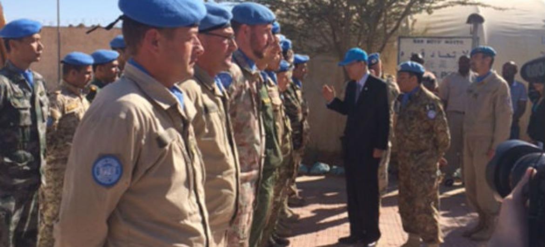 Secretário-geral da ONU, Ban Ki-moon, visita soldados de paz da MINURSO na região do Saara Ocidental. Foto: ONU/porta-voz.