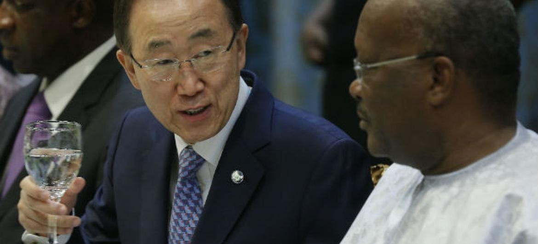 O secretário-geral da ONU, Ban Ki-moon (à esq.) com com o presidente Roch Kaboré. Foto: ONU/Evan Schneider