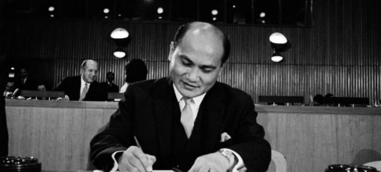 Cerimônia de assinatura da Convenção sobre Direitos Econômicos, Sociais e Culturais e Convenção sobre Direitos Civis e Políticos, na sede da ONU, em Nova York, emdezembro de 1966. Foto: ONU/TC (arquivo)