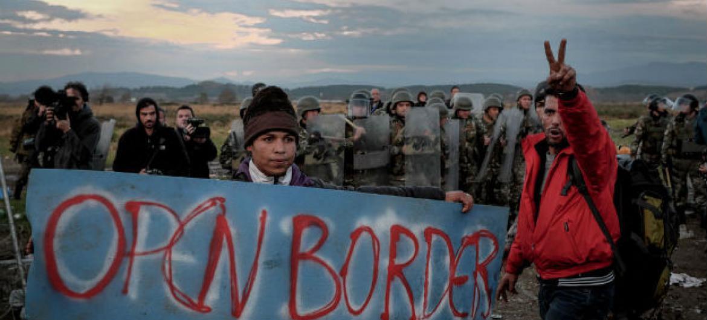 Protestos na fronteira da Grécia com a Macedônia. Foto: Unicef/Ashley Gilbertson VII