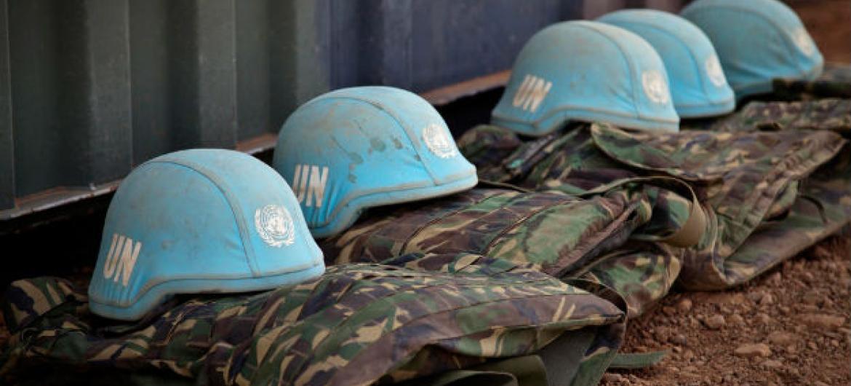 Uniformes e capacetes de boinas azuis da ONU. Foto: ONU/Marco Dormino