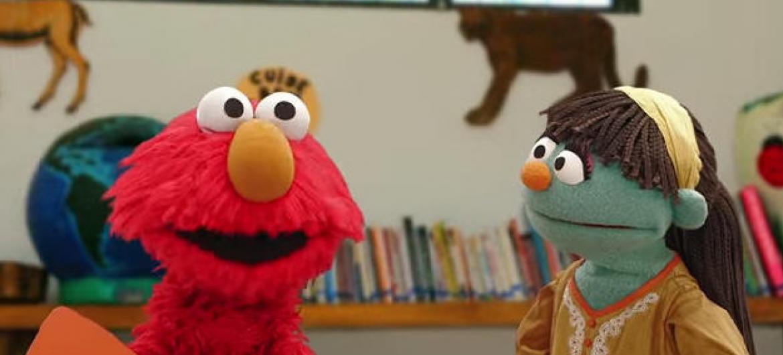 Elmo (esquerda) e Raya (direita) da Vila Sésamo. Imagem: Reprodução do vídeo