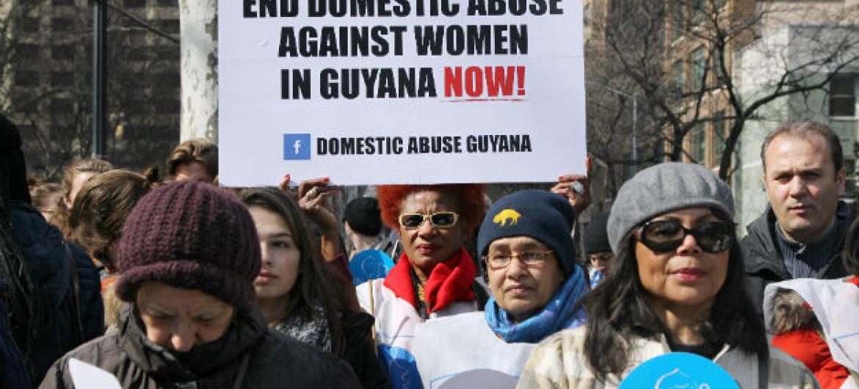 Participantes na marcha para igualdade de género e dirietos das mulheres. Foto: ONU/Devra Berkowitz