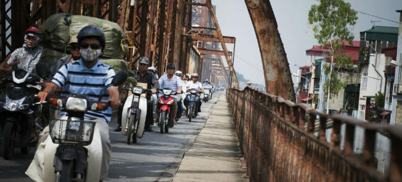Motoqueiros no Vietnã. Foto: ONU/Kibae