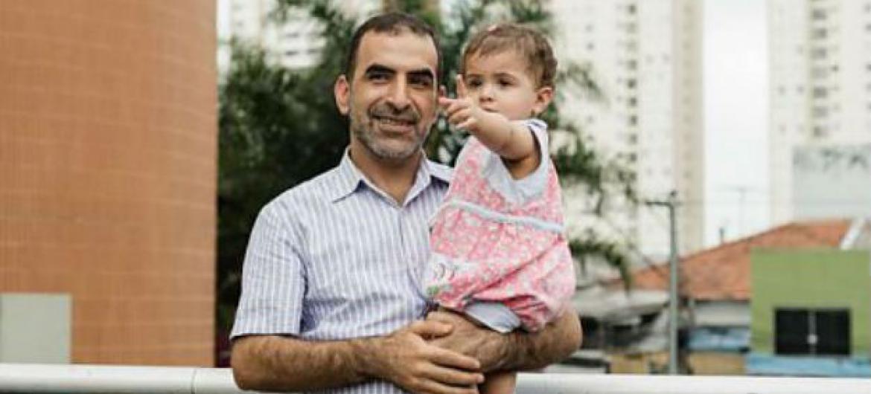 Refugiado sírio posa com sua filha em São Paulo, Brasil. Foto: Acnur/G. Morales