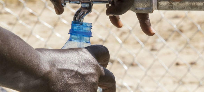 """O relator da ONU declarou que """"há uma forte ligação entre sistemas de saneamento deficientes e o surto do mosquito transmissor do zika vírus"""".Foto: ONU/JC McIlwaine"""