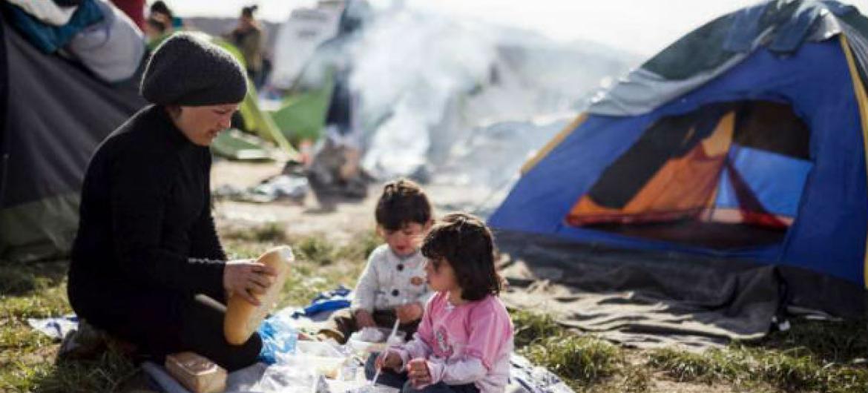 Mãe e filhas em um acampamento perto de Eidomeni.Foto: Acnur/A.Zavallis