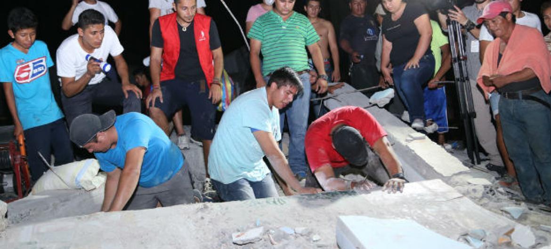 Pessoas fazem buscas nos escombros deixados pelo terremoto no Equador. Foto: Unicef/UN017164/Castellano