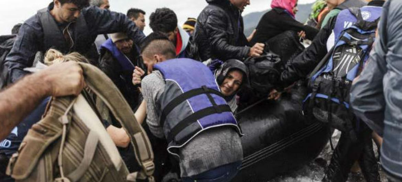 Refugiados desembarcam em Lesbos. Foto: Acnur/Achilleas Zavallis