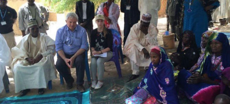 Em Diffa, no Níger, o subsecretário-geral da ONU para Assuntos Humanitários, Stephen O'Brien (o segundo à esq., sentado), encontrou-se com uma família que fugiu de um ataque do Boko Haram. Foto: Ocha