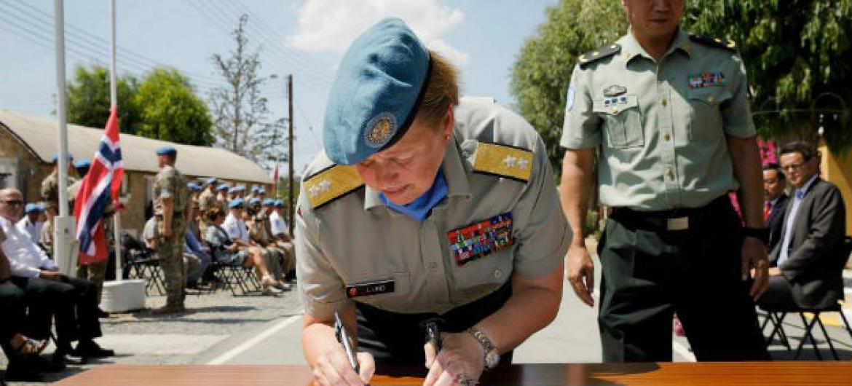 General Kristin Lund na Missão de Paz do Chipre. Foto: Unficyp