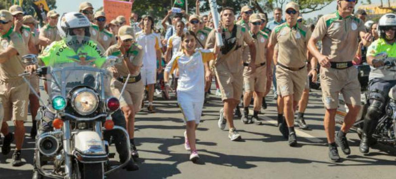 Estudante síria de 12 anos conduziu a Tocha Olímpica por 200 metros na Esplanada dos Ministérios, em Brasília. Foto: Acnur/G.Morale