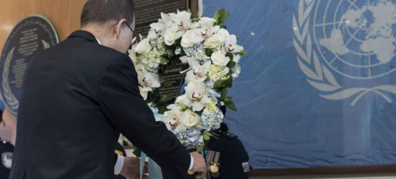 Ban Ki-moon deposita coroa de flores em homenagem aos soldados de paz da ONU. Foto: ONU/Mark Garten