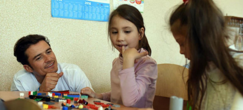 Orlando Bloom brinca com crianças em uma escola em Slovyansk, na Ucrânia.Foto: Unicef/UN017899/Georgiev