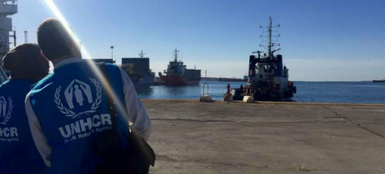 Funcionários do Acnur aguardam no porto de Augusta, na Sicília, por refugiados encontrados à deriva no Mar Mediterrâneo. Foto: Acnur/C.Sami