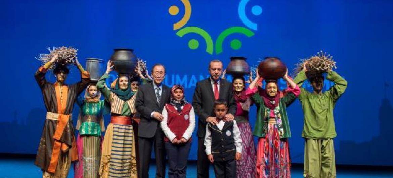 Secretário-geral da ONU, Ban Ki-moon, e presidente da Turquia, Recep Tayyip Erdogan, com personagens na cerimônia de encerramento da Cúpula Mundial da Ajuda Humanitária. Foto: ONU /Eskinder Debebe.