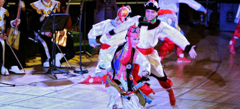 Membros da Academina Nacional da Mongolia fazem apresentação de dança folclórica na sede da ONU. Foto: ONU/Ryan Brown (arquivo)