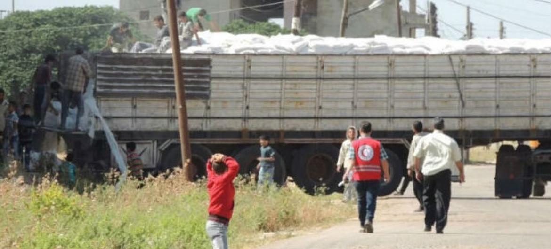 Civis recebem mantimentos em Houla, na área rural de Homs. Foto: Ocha