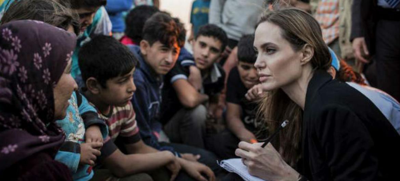 Angelina Jolie com refugiados sírios. Foto: Acnur/O.Laban-Matte