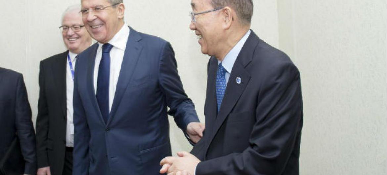 Ban Ki-moon no encontro com Sergei Lavrov em São Petersburgo, Rússia. Foto: ONU/Rick Bajornas
