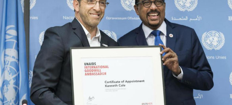 Kenneth Cole (esq.) com odiretor-executivo da Unaids,Michel Sidibé. Foto: ONU/Mark Garten