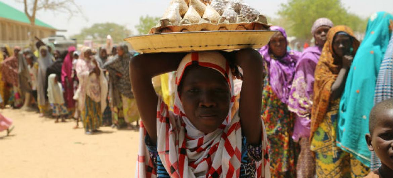 Mulheres e meninas deslocadas em acampamento na Nigéria. Foto: Ocha/J. Kindra