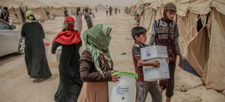 Famílias iraquianas de Falluja recebem itens de ajuda humanitária, em acampamento para refugiados. Foto: Ocha/Themba Linden