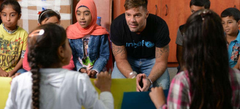 Ricky Martin conversa com crianças sírias refugiadas no Líbano. Foto: Unicef/UN020855/Choufany