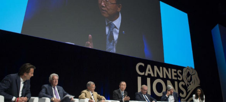 Secretário-gera da ONU, Ban Ki-moon, com os CEOs de seis grandes grupos de comunicação no lançamento da Iniciativa Terreno Comum, em Cannes, em prol dos Objetivos de Desenvolvimento Sustentável. Foto: ONU/Eskinder Debebe