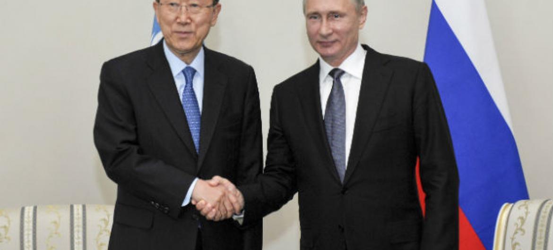Ban Ki-moon (a esq.) com o presidente da Russia, Vladimir Putin. Foto: ONU/Rick Bajornas