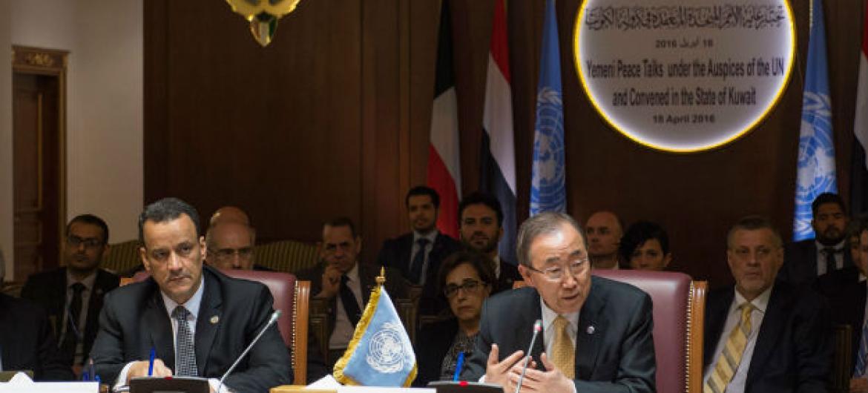 Secretário-geral Ban Ki-moon faz pronunciamento para delegações do Iêmen nas conversações de paz realizadas no Kwait.. Foto: ONU/Eskinder Debebe