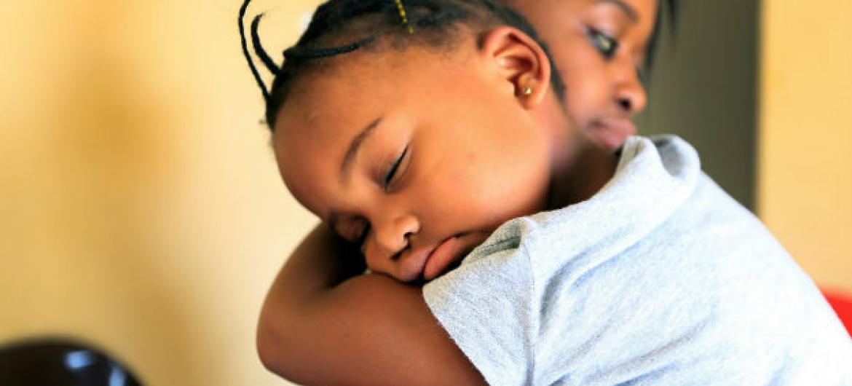 Ao mesmo tempo, um plano global para eliminar a transmissão do vírus de mães para bebês reduziu em menos de metade o número de novas infecções por HIV entre crianças. Foto: Unaids