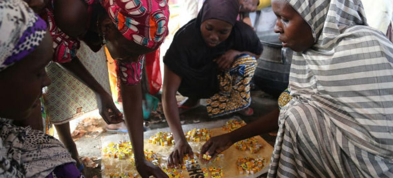 Deslocadas internas em um dos campos em Maiduguri, no estado de Borno. Foto: Ocha/Jaspreet Kindra
